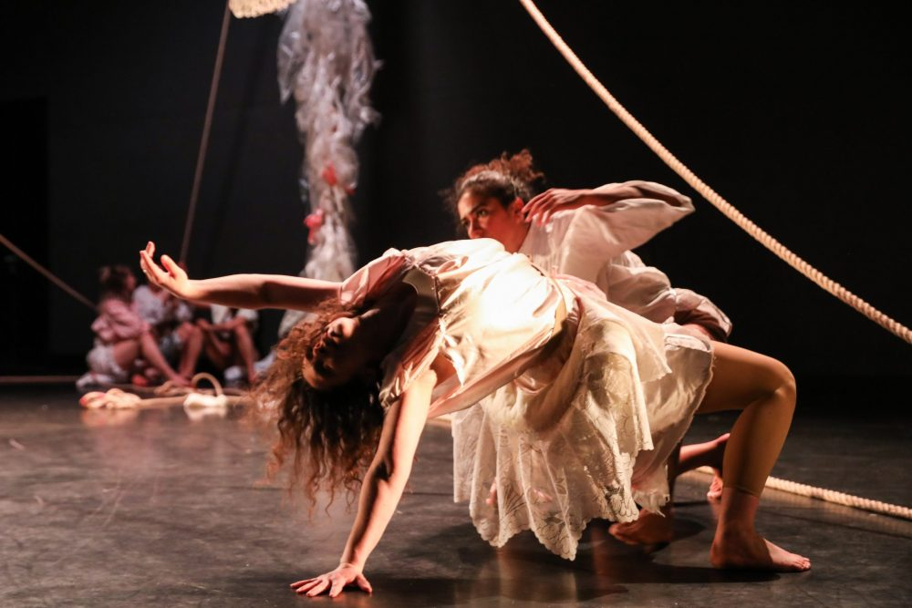 An und mit Seilen turnende Tänzerinnen