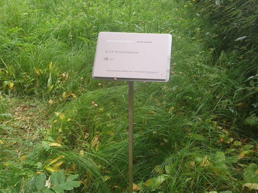 Tafel mit Künstlername der Baumscheiben-Löcher
