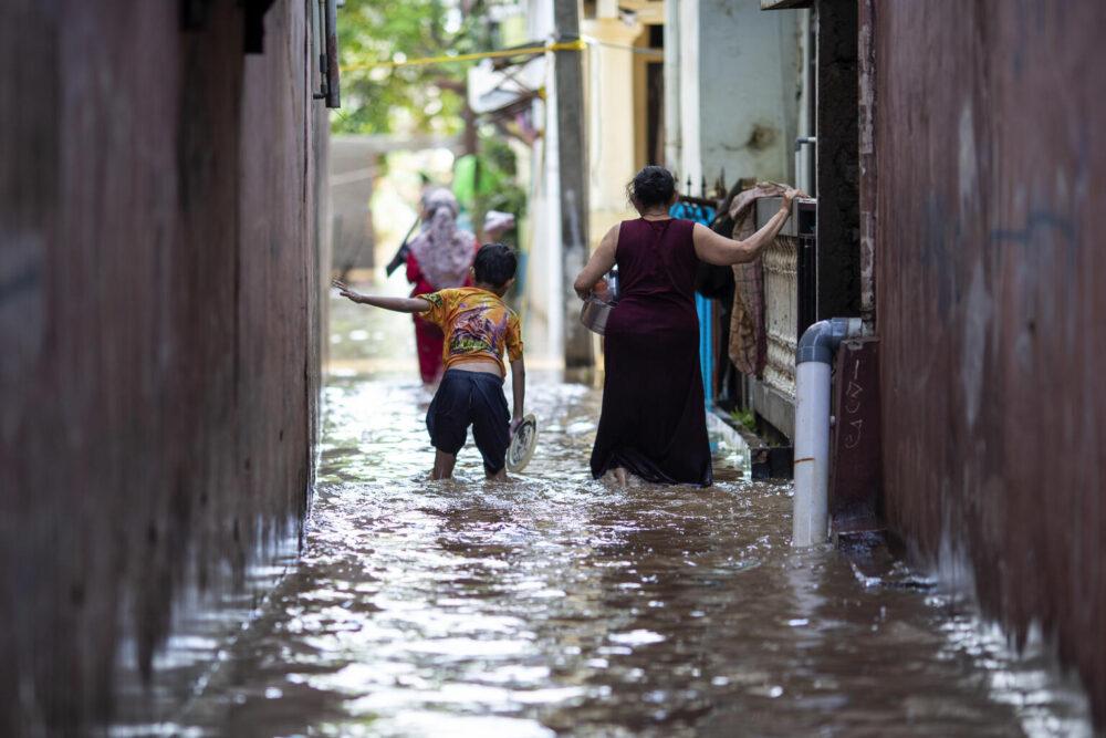 Im Februar 2021 wurde Indonesiens Hauptstadt Jakarta von schweren Monsunüberschwemmungen heimgesucht, die mehr als 1.000 Einwohner zur Evakuierung aus dem Süden und Osten der Stadt zwangen.