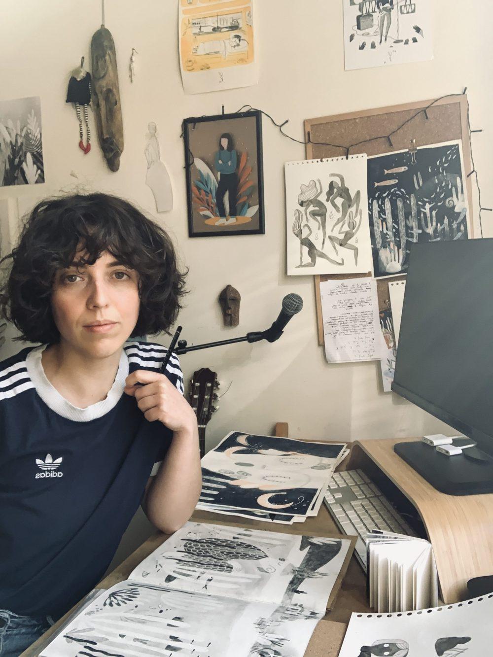 Die Autorin und Illustratorin an ihrem Arbeitstisch