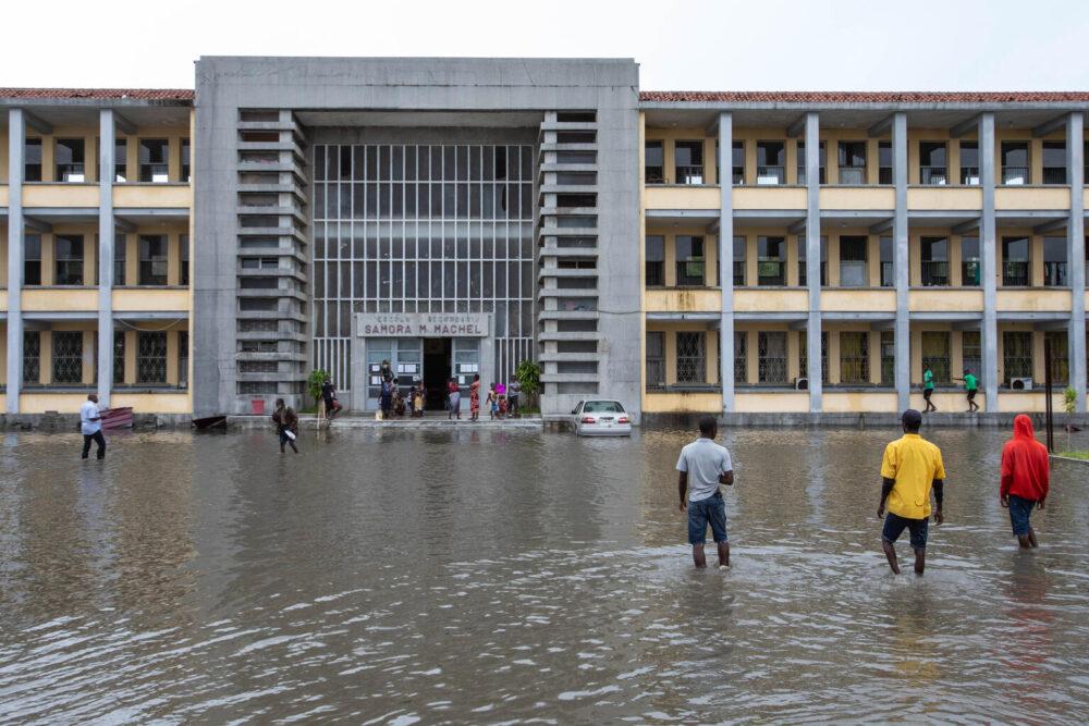 Bewohner von Nharrime, Mosambik, suchen Schutz in der Samora Machel Schule in Beira, um den Winden und starken Regenfällen des tropischen Wirbelsturms Eloise zu entkommen. Die Schule bietet derzeit 659 Menschen, die in Klassenzimmern schlafen, Unterkunft und Reismahlzeiten.