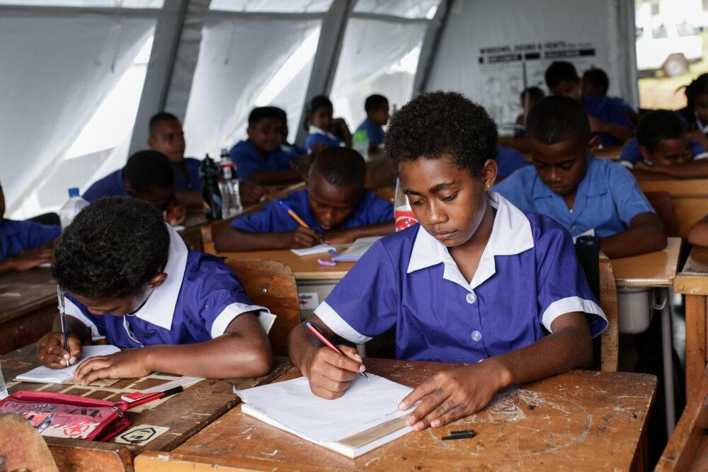 Schüler:innen beginnen den Unterricht in UNICEF-Zelten an der Coboi Grundschule auf den Fidschi Inseln