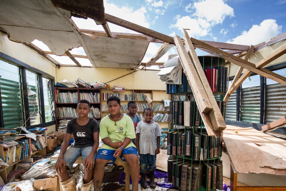 Am 9. Januar 2021 werden die Schüler (LR) Ame (14), Paula 12, Ratu Luke (13) und Semi Nataba (7) in der Bibliothek der Bua District School fotografiert, die durch den tropischen Zyklon Yasa im Dorf Bua Lomanikoro, Vanua Levu, Fidschi zerstört wurde .