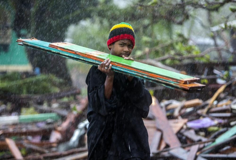 Ein Kind trägt Holzreste, um seinen Eltern beim Wiederaufbau ihres Hauses zu helfen, nach einem Hurrikan in Nicarauga im November des Vorjahres
