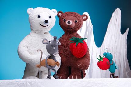 Szenenfoto aus dem Figurentheatertück, ein weißer und ein brauner Bär, eine Erdbeere und eine Maus