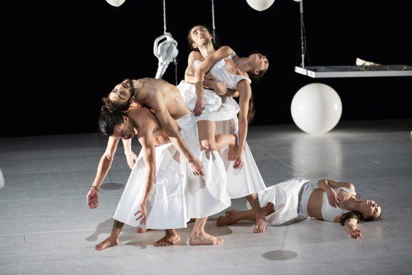 "Szenenfoto aus dem Tanztheaterstück ""Forever"""