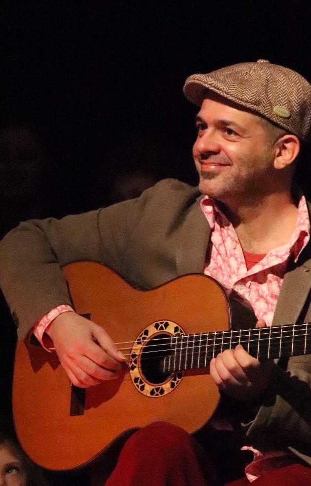 Mann mit Gitarre, Yorgos Pervolarakis, gewann dieKategorie Musik
