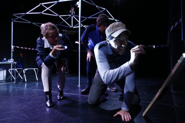 Das ermittelnde Trio mit Taschen- bzw. Stirnlampe auf der Jagd nach der Goldmaus