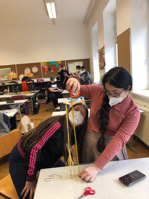 Jugendliche bauen an den Spaghetti-Türmen