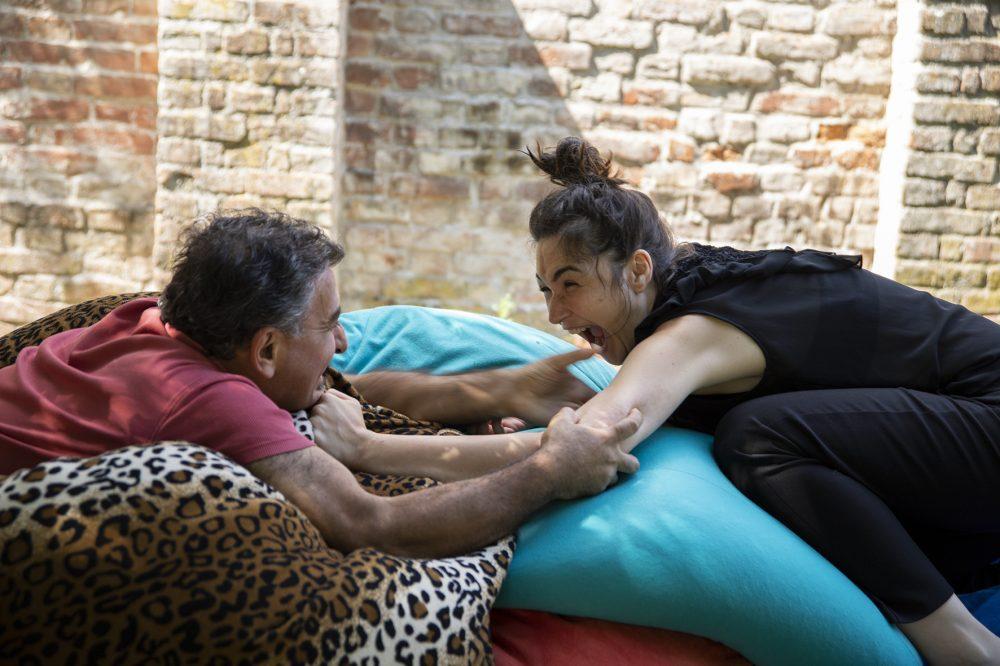 Sedat Pero als Mustafa und Zeynep Alan als Ceylan auf Pölstern