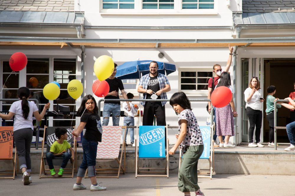 Kinder mit bunten Luftballons