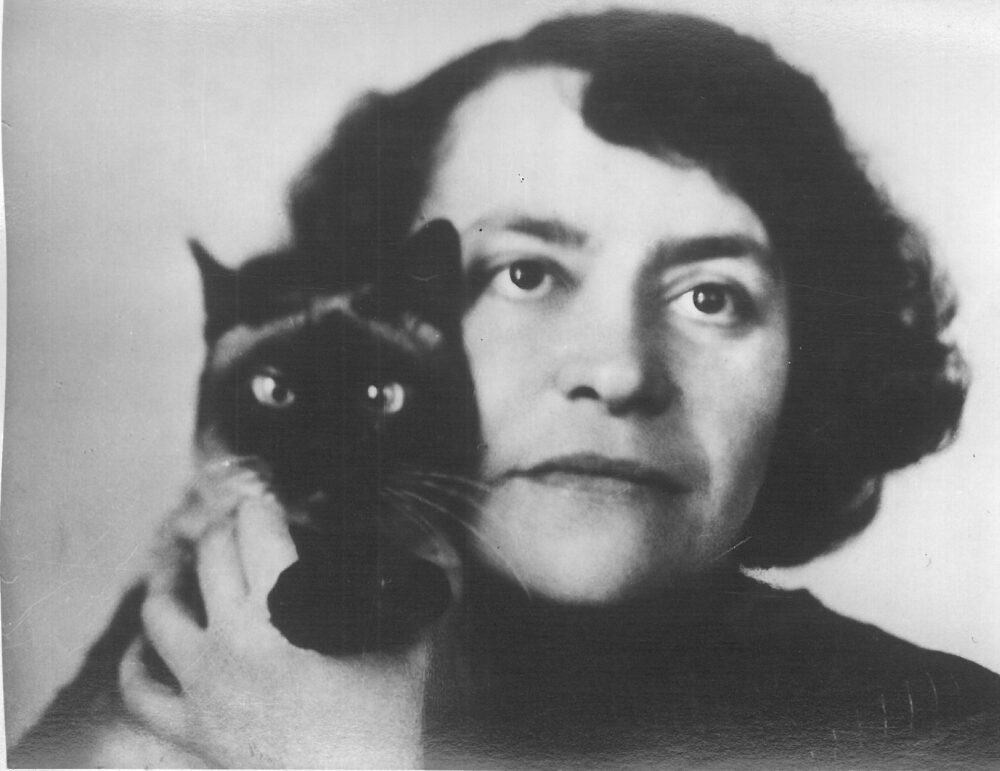 Alma Johanna Koenig - mit Katze