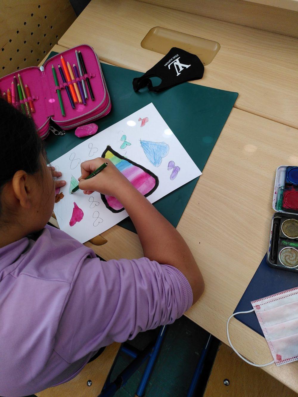 Kind zeichnet