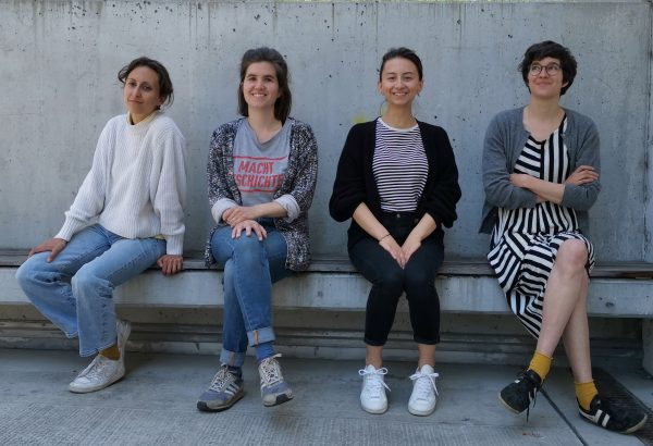 Vier junge Frauen sitzen auf einer Bank: Anna Pech, Sara Schausberger, Kathi Pech, Greta Egle