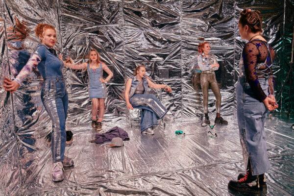"""Szenenfoto aus """"Mädchen wie die"""" im Burgtheater-Vestibül (Wien)"""
