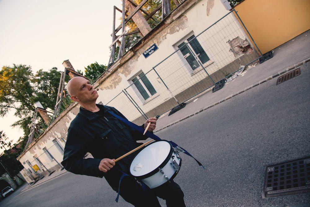 Trommelnder Mann - der Musiker Robert Lepenik - vor einem Abbruchhaus in Wien-Favoriten