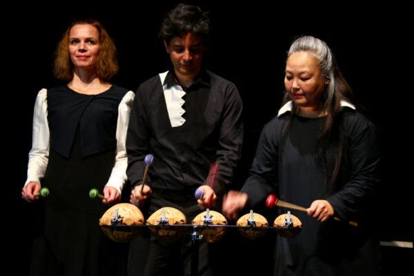 """Schauspiel- und Musiktrio im Stück """"Tempo Tempi"""" im Toihaus Theater in Salzburg"""