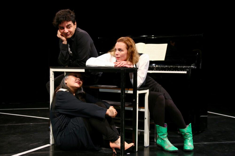 Schauspiel- und Musiktrio im Stück