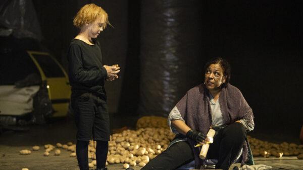 """Szenenfoto aus """"Tschernobyl - eine Chronik der Zukunft"""": der 9-jährige Lorenz Pell mit der """"Waldfrau"""" Grace Marta Latigo"""