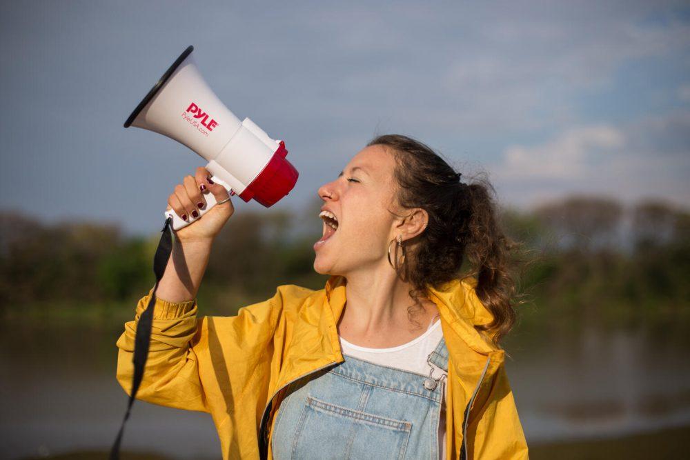 Junge Frau mit Megaphon - Nicole Becker, 19-jährige Umweltaktivistin in Argentinien