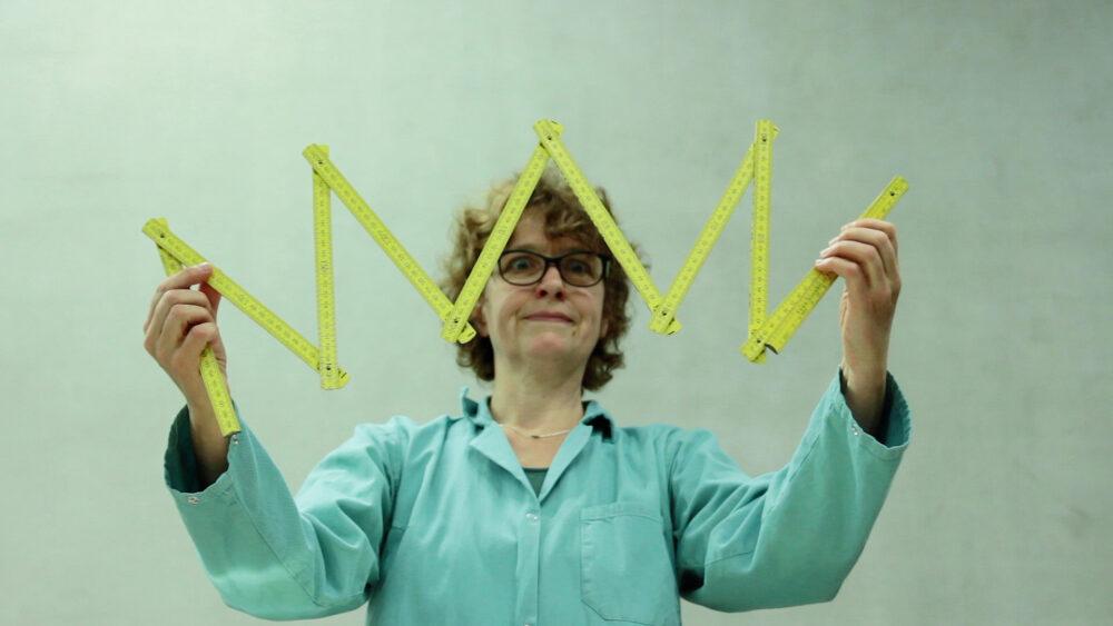 Figurentheaterspielerin Heidrun Warmuth mit Gegenständen aus ihrem Stück