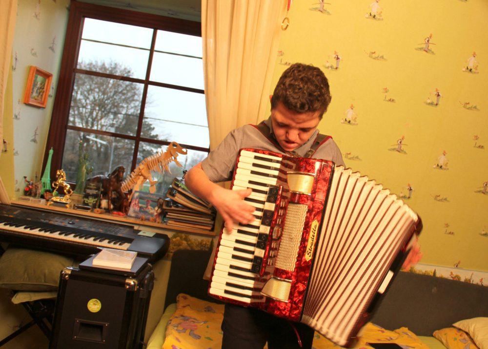 Jugendlicher spielt Akkordeon