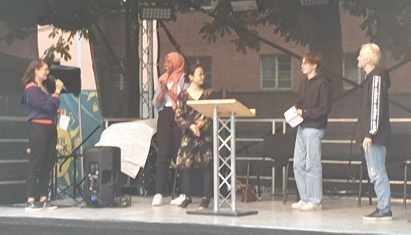 Die vier Redner:innen mit der Moderatorin (links im Bild)