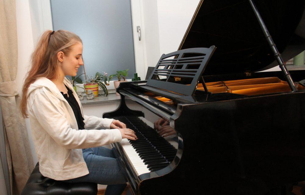 Jugendliche spielt Klavier