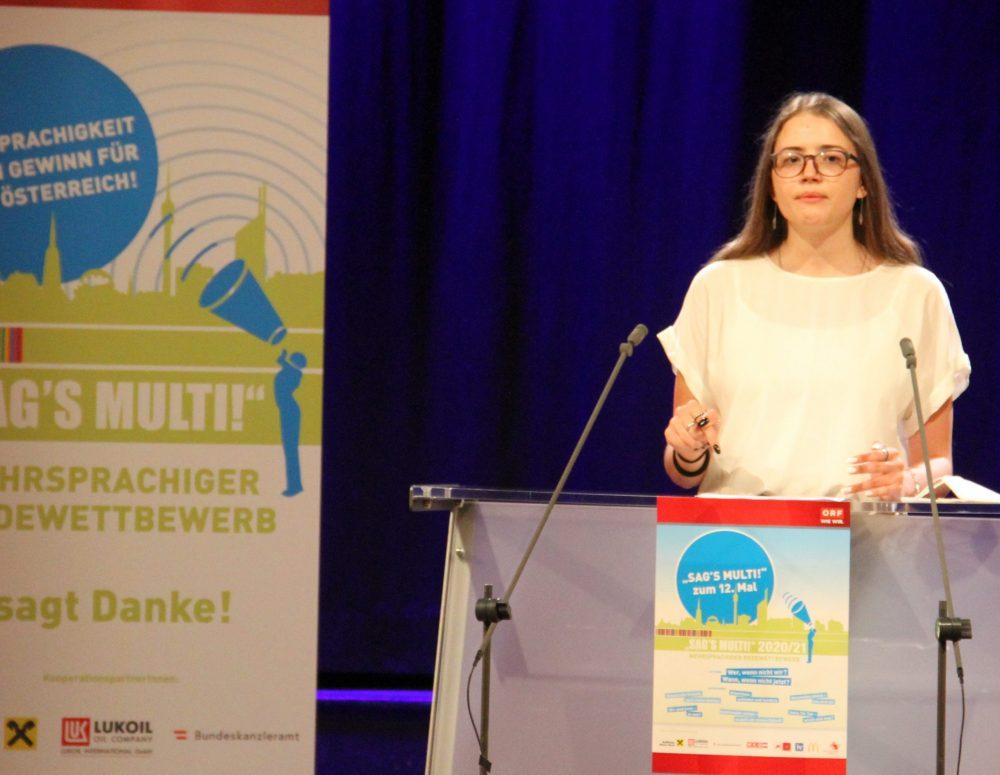 Jugendliche am Redepult: Anna-sophie Windisch