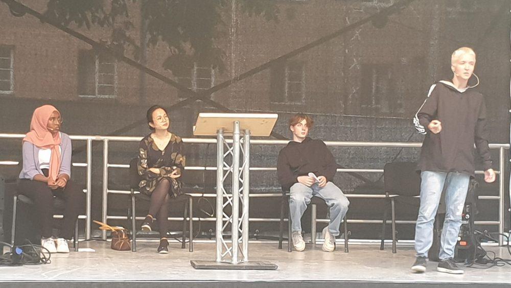 Anna Hader - performt neben dem Redepult