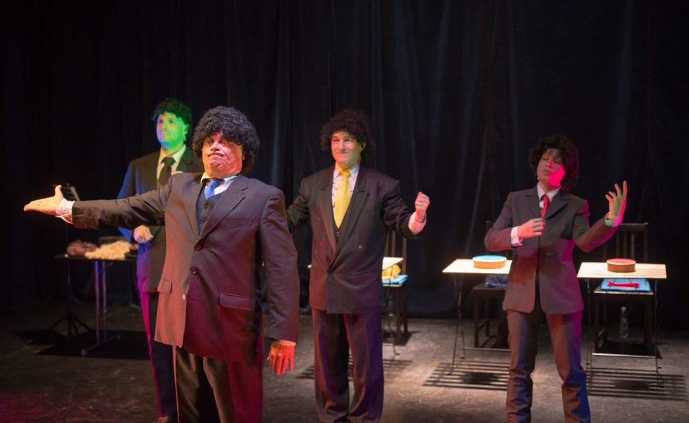 """Aufführung im Theater Spielraum, drei """"Musiker"""" und ein Dirigent"""