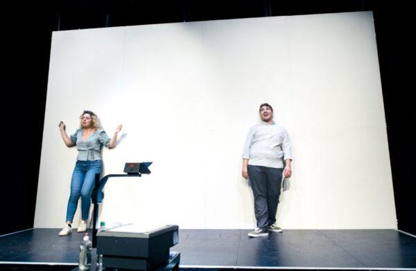 """Szenenfoto aus """"Atmen"""", ein 2-Personen-Theaterstück"""