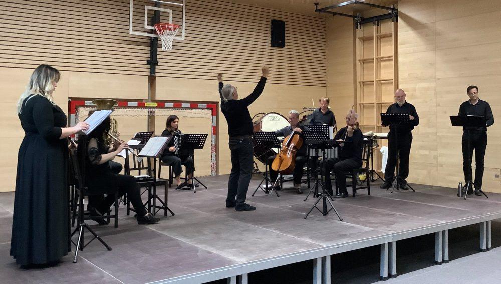 Musiker_innen auf der Bühne