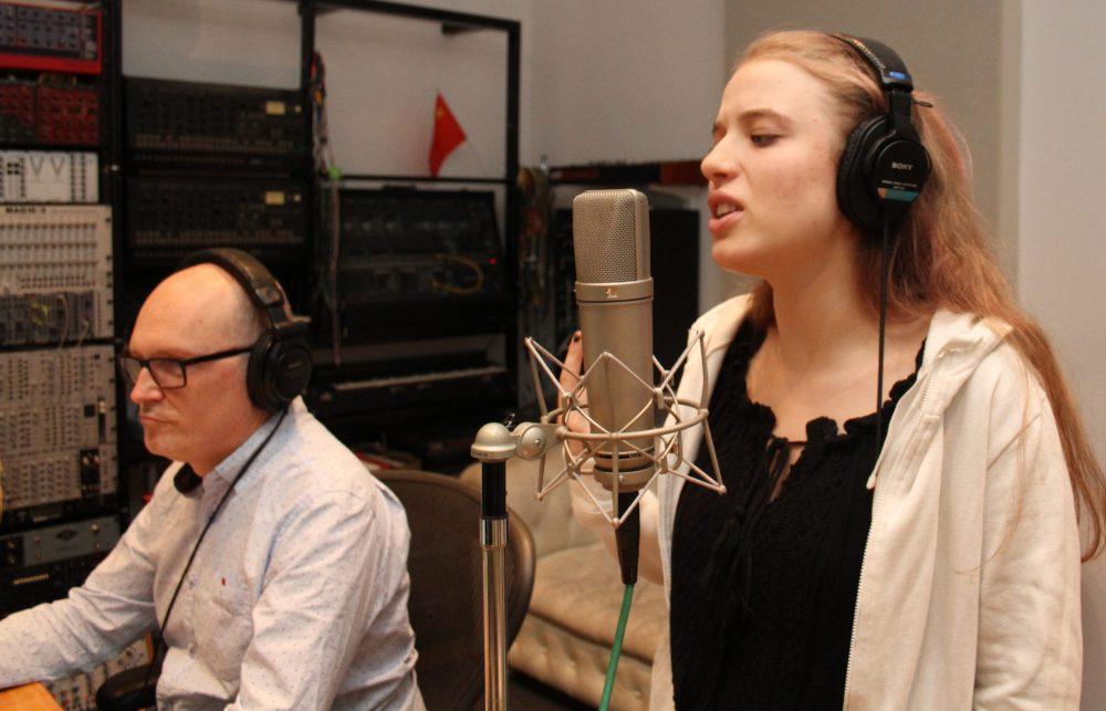 Junge Sängerin nah am Mikrophon