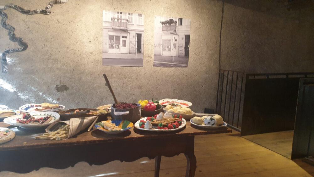 Bilder und Objekte einer Ausstellung in der nenzinger Artenne (Vorarlberg)