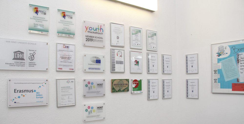 Tafeln mit Auszeichnungen für die Schulen des BFI Wien