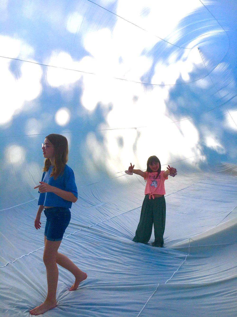 Kinder im Inneren des reisigen Luftobjektes