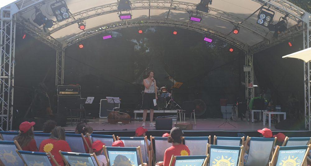 Moderatorin auf der Bühne