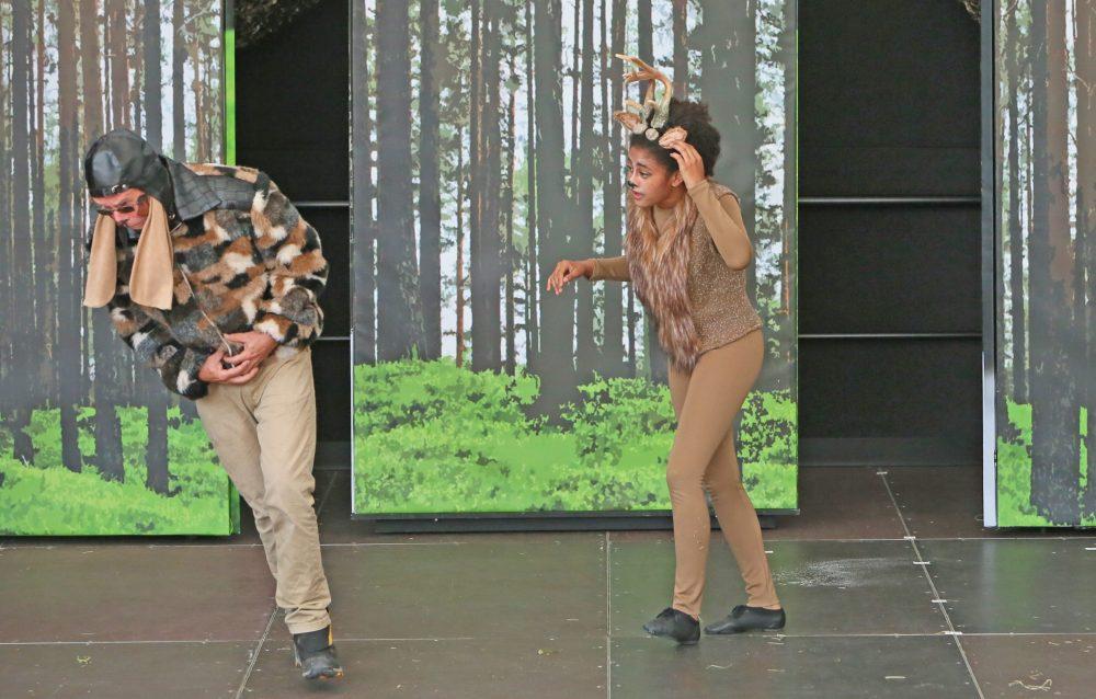 Bambi (Amarachi Ahamefule ) kämpft gegen den Jagdhund (Christoph Manß)