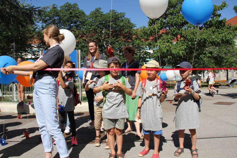 Das symbolische Band wird durchschnitten, Kinderuni Wien 2021 ist eröffnet