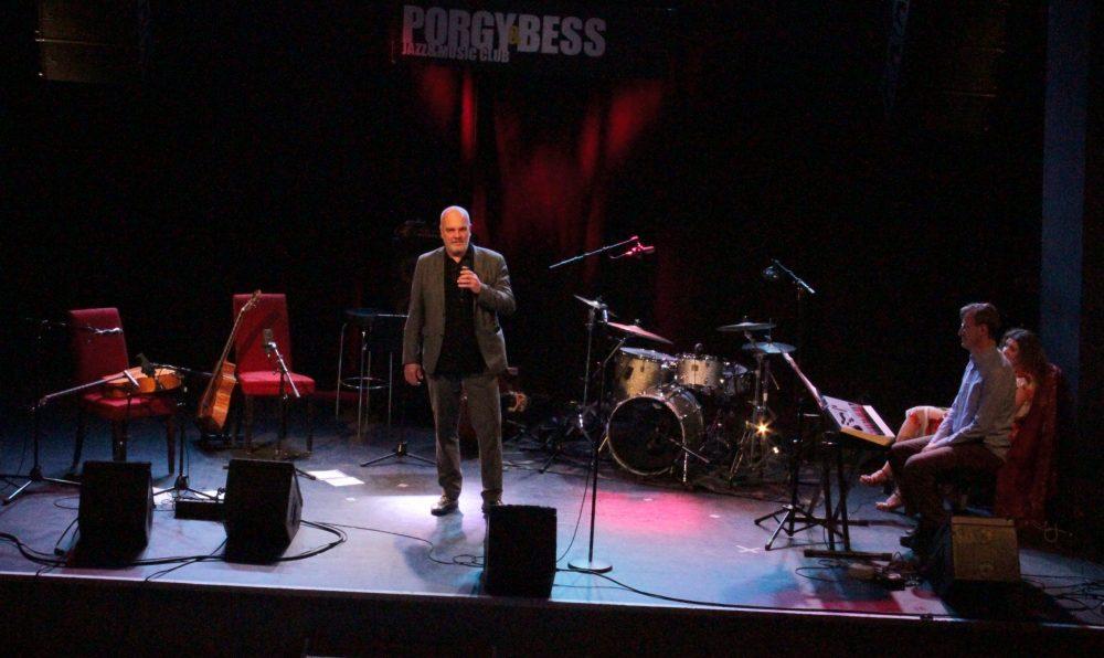 Herr Christoph Huber vom Porgy & Bess begrüßt zum (Online-)Konzert