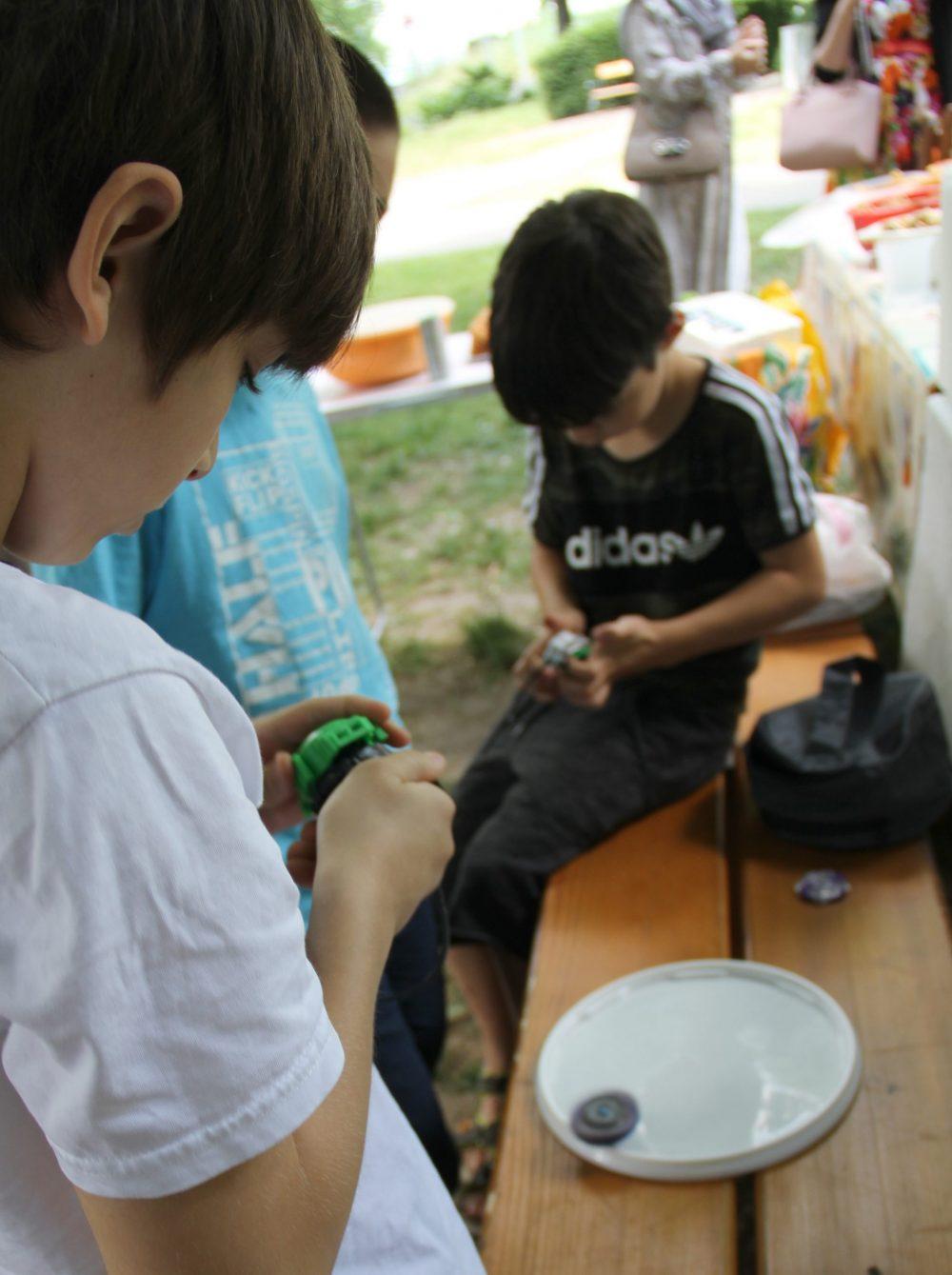 Kinder spielen Beyblade