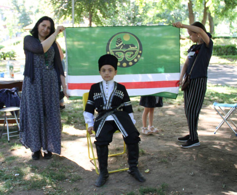 Menschen in tschetschenischen Trachten