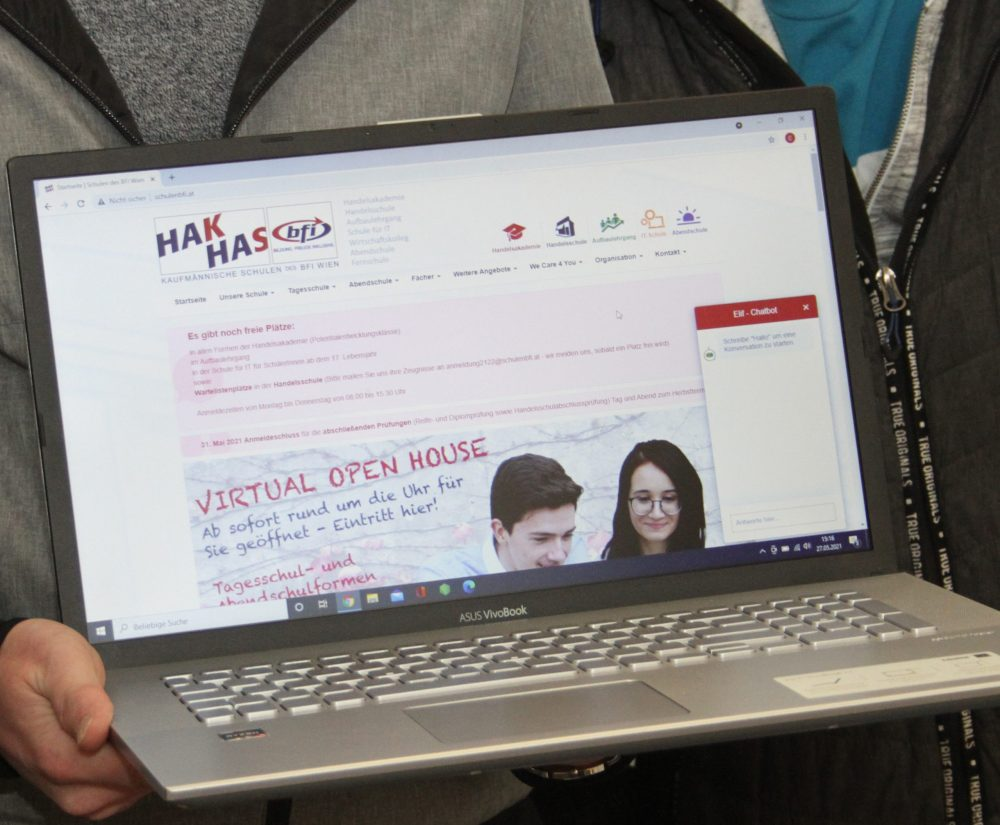 Laptop mit der Schul-Homepage mit dem neuen Chatbot