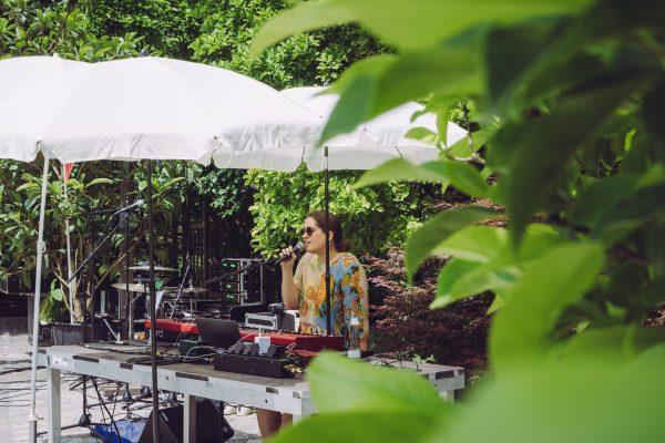 Elektronik-Musikerin im Rosengarten des Linzer Botanischen Gartens