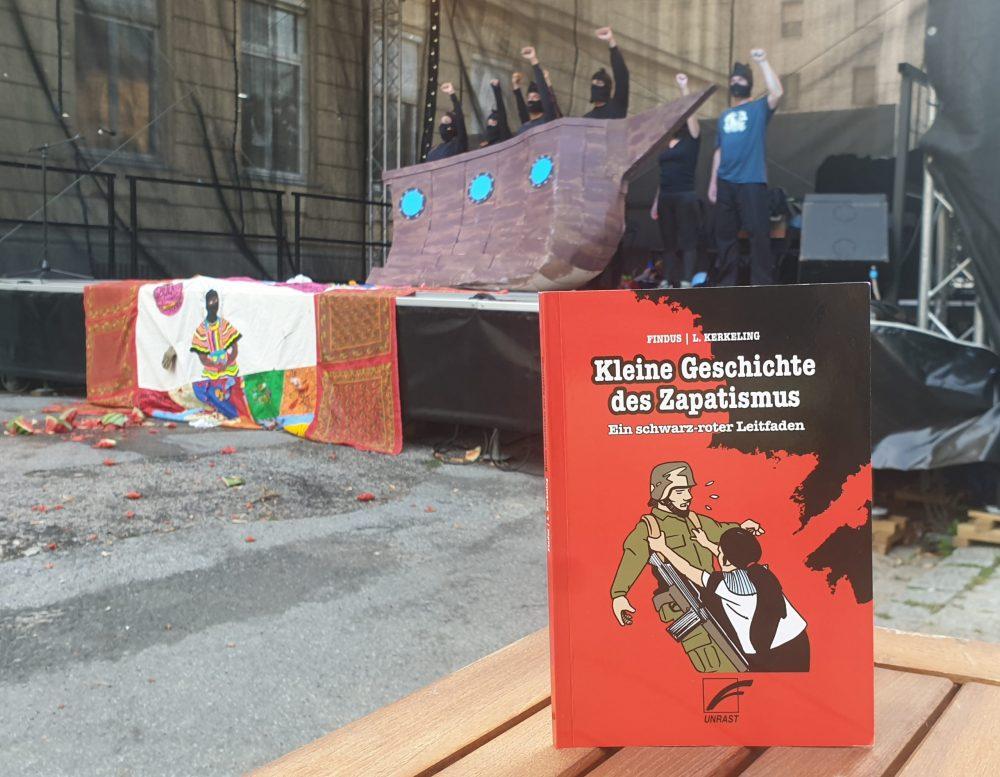 """Im Vordergund das Buch, dahinter Szenenfoto aus """"Tanz der Erinnerungen – Zapateando memorias"""" beim Wiener Kultursommer"""