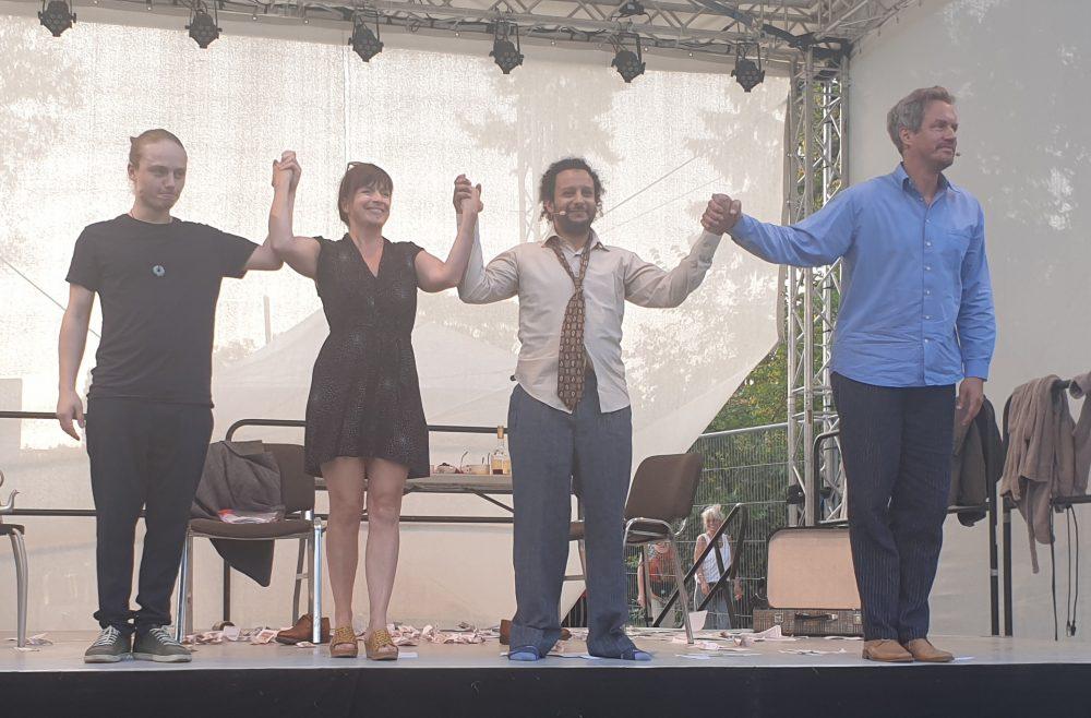 Die beiden Schauspieler, die Regisseurin und der Techniker auf der Bühne beim Schluss-Applaus dem Publikums