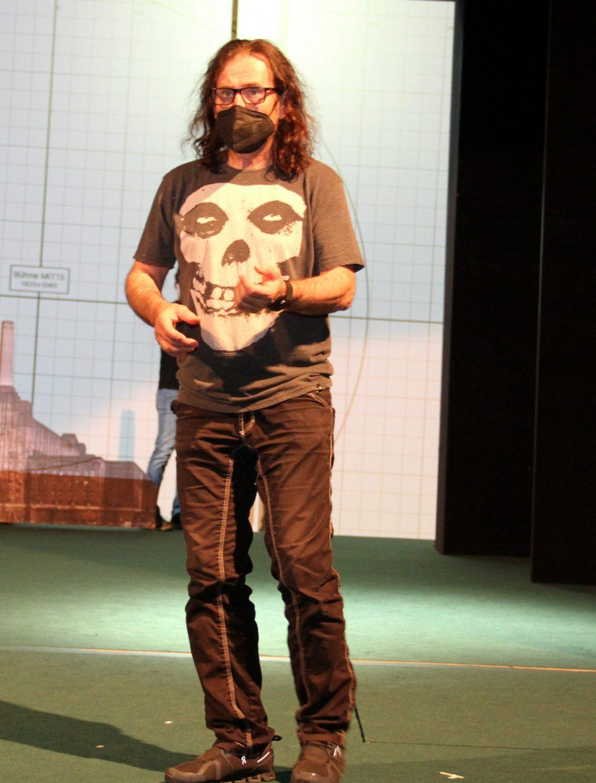 Bühnenbildner Andreas Lungenschmid schaut sich auf der Bühne um