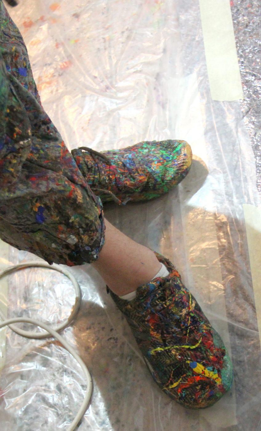 Von Farbspritzern bunt gewordene Schuhe