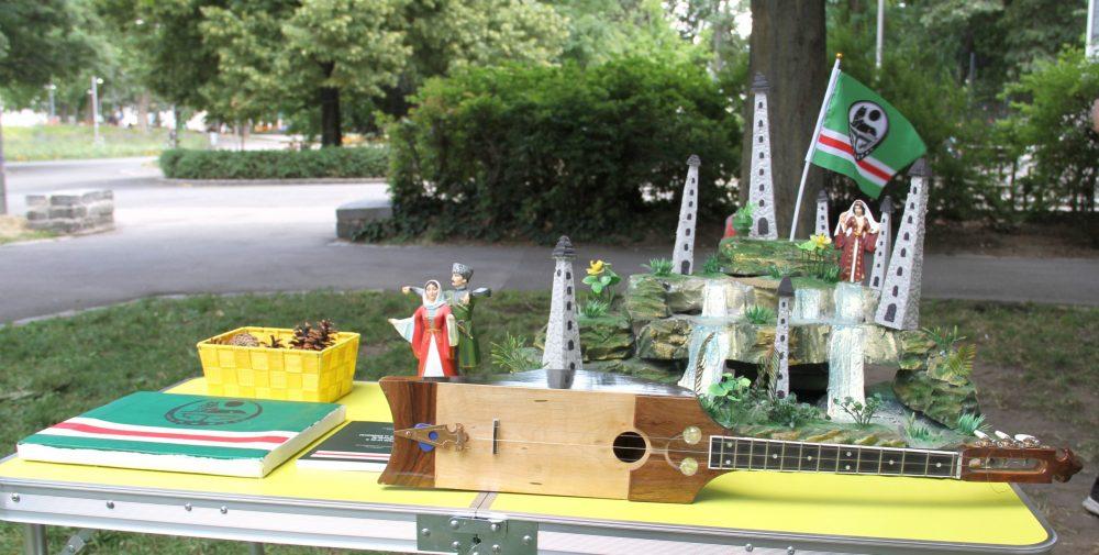 Modell einer Burg und ein Saiteninstrument